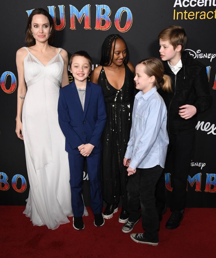 Анджелина Джоли с детьми Шайло, Захарой, Вивьен и Ноксом.