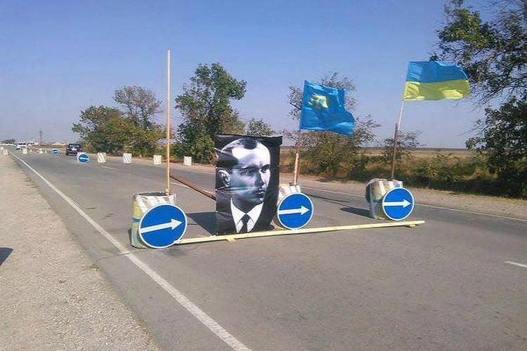 Дорогу в Крым перегородили бетонными блоками. 2015 год. Facebook \ Oleksandr Sikorskyi