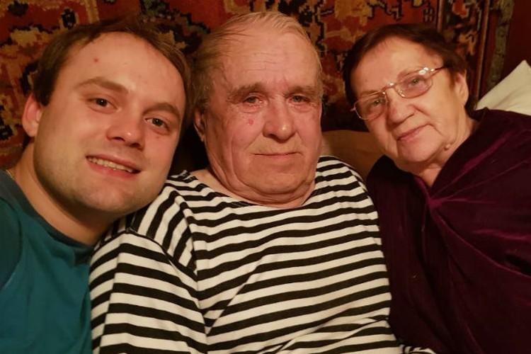 Семен с дедушкой и бабушкой, которые живут в Братске. Фото: личный архив Семена Павличенко.