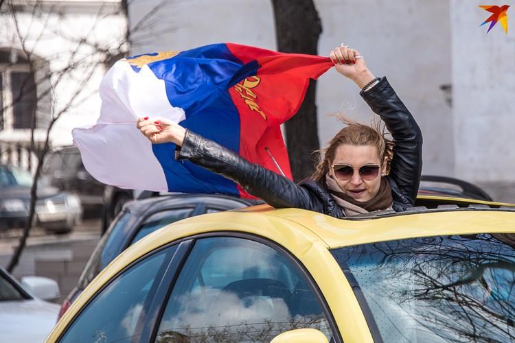 16 марта повсюду мелькали российские флаги