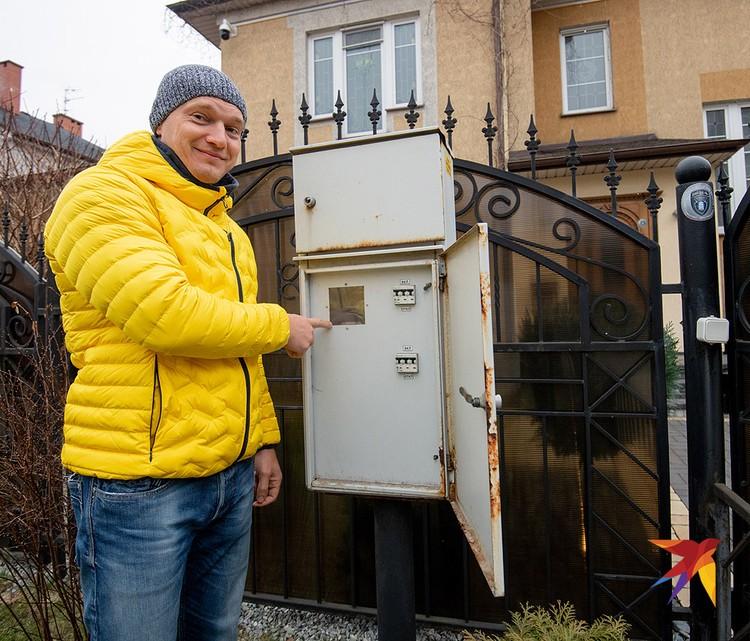 Счетчик в доме Сергея уже несколько лет крутится в обратную сторону.