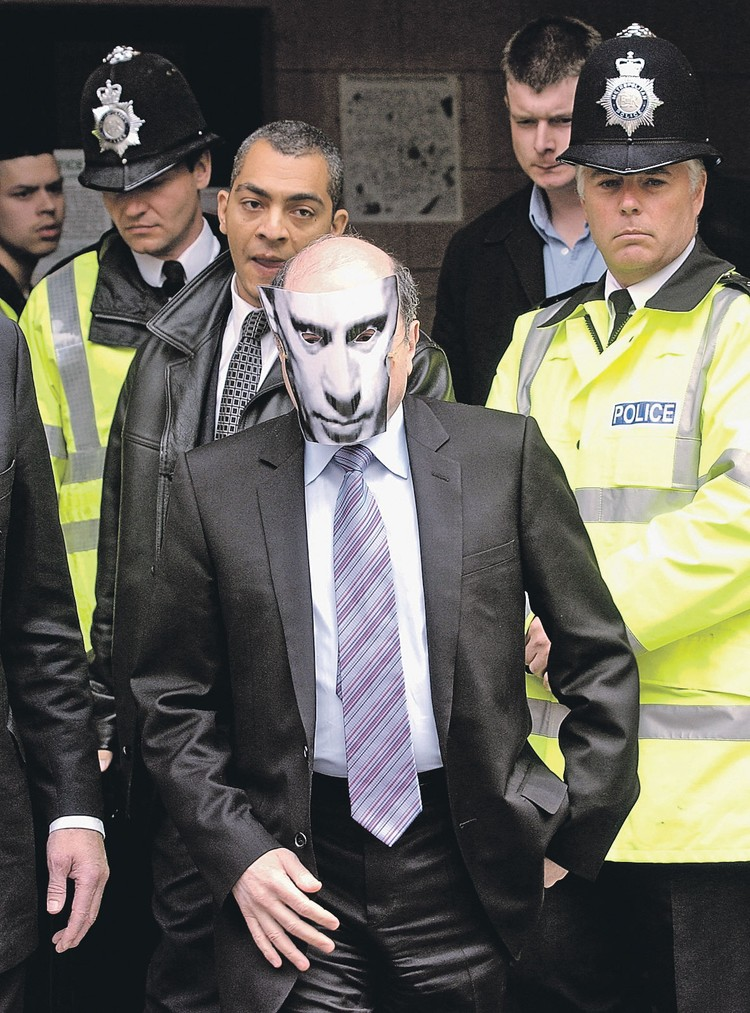 В такой маске Березовский однажды вышел из здания суда. Фото: Graeme Robertson/Getty Images