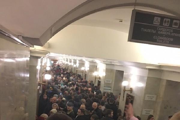 Двери в метро и засосало открыли видео