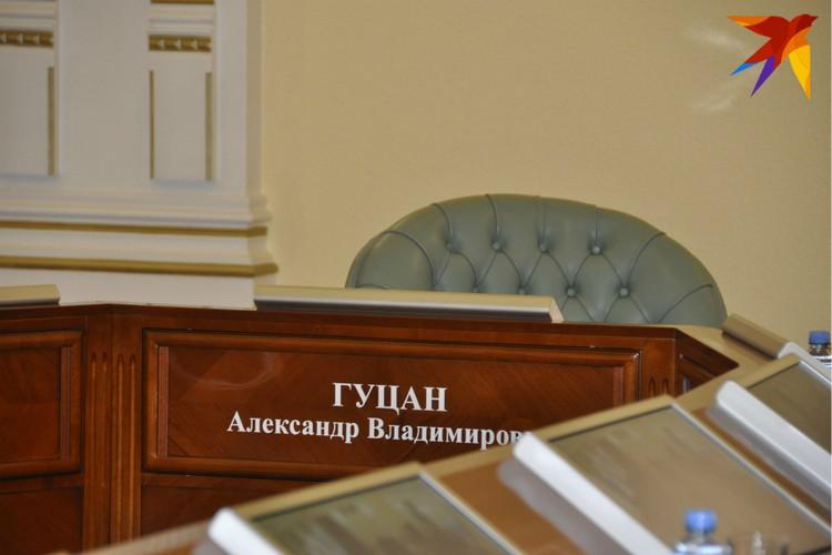 Место губернатора Чибис не занял - в центре стола сидел полномочный представитель президента.