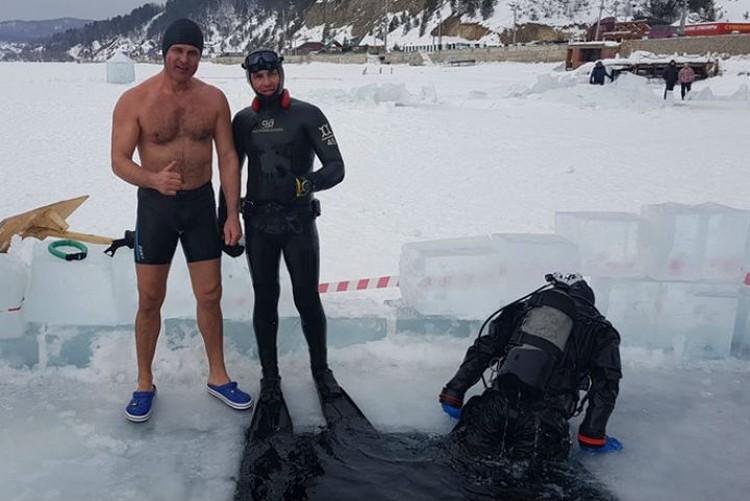 Андрей Бугай (слева) уже не раз покорял ледяную воду Байкала. Фото: соцсети.