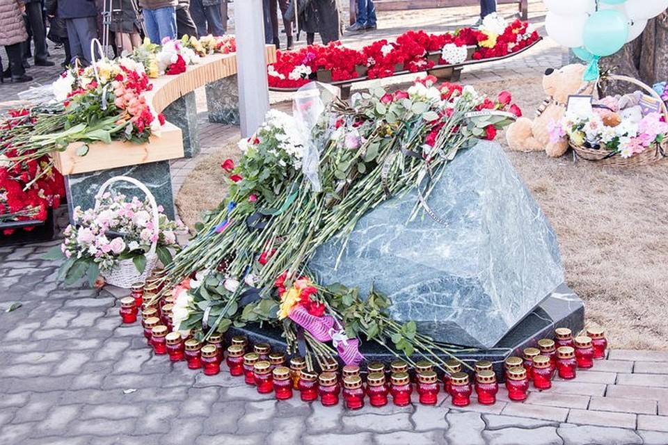 25 марта 2019 года кемеровчане принесли к памятному камню сотни цветов и игрушек Фото: Кирилл ЧАЩИН