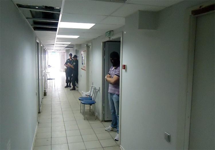 Вход в камеру пыток, так называемую «Библиотеку», тюрьмы СБУ в терминале аэропорта города Мариуполь