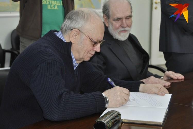Некоторые экземпляры нового издания Юрий Ляхницкий и Владимир Наливайко подписали лично.