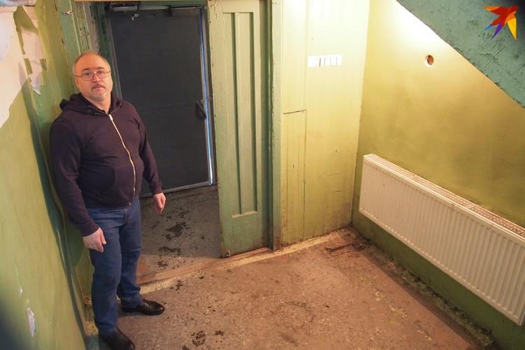Анатолий опасается, что телескопический пандус быстро украдут из ящика. Поставить его хотят здесь, на 1-м этаже.