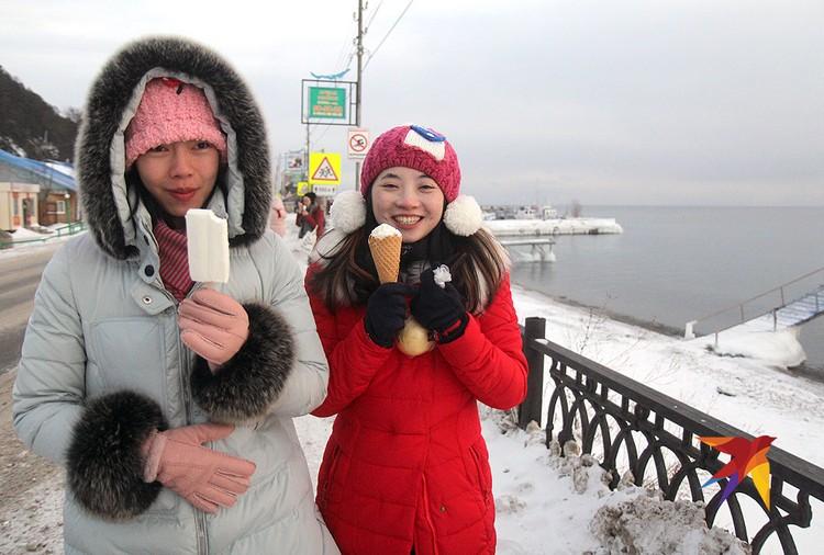 Только по официальной статистике в Листвянку ежегодно приезжают по 500 тысяч китайских туристов.