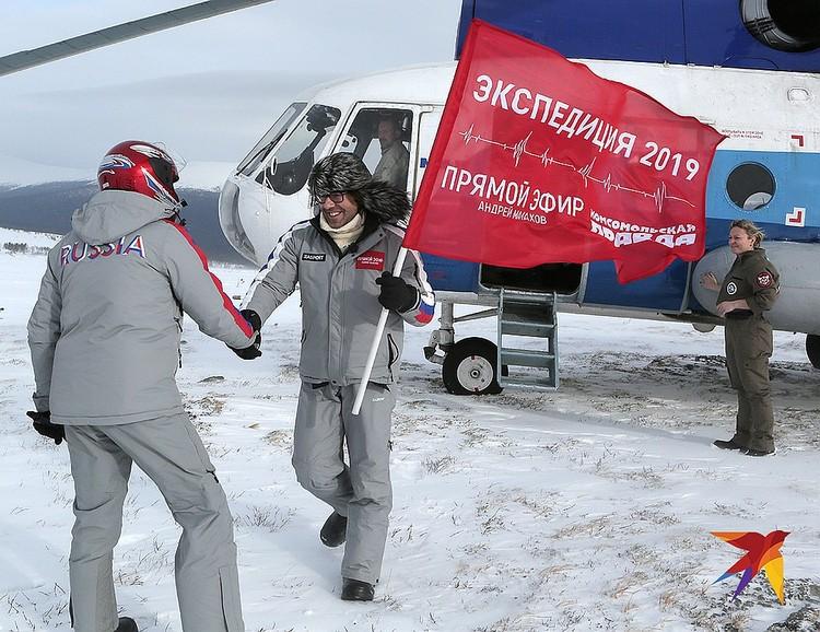 """Андрей Малахов и съемочная группа """"России 1"""" прибыли к остальным участникам экспедиции на вертолете."""