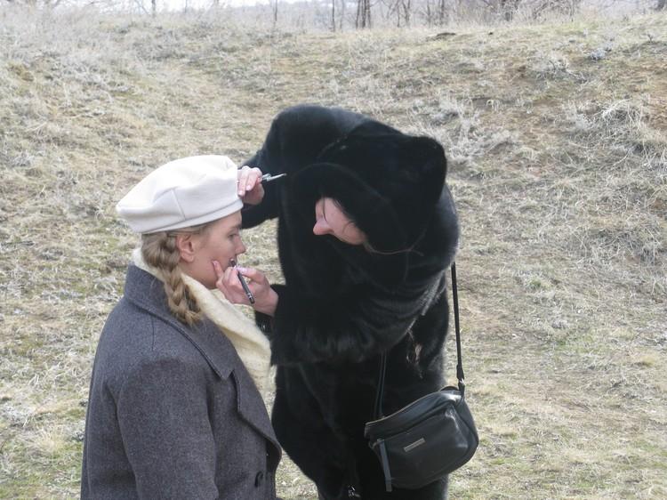 Актрису Настю Петрову готовят к съемкам. Фото: Владислав РАХМАТУЛИН.