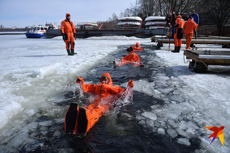Московские школьники, участники Большой Арктической Экспедиции показали, как залезть в ледяную полынью и выйти из нее сухими