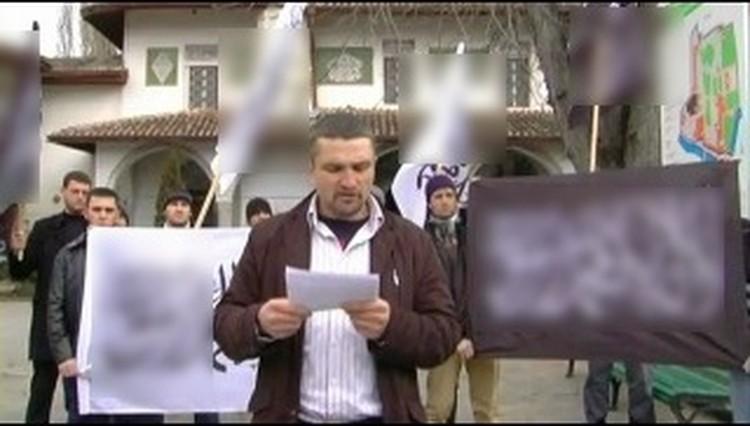 """Акция """"Хизб ут-Тахрир"""" в Ханском дворце, где экстремисты открыто звали крымчан на войну в Сирию. Фото: скриншот YouTube"""
