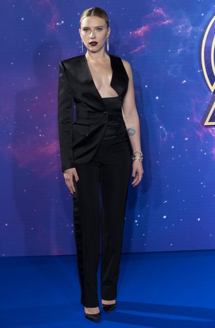 Голливудская звезда вышла на красную дорожку в эффектном костюме дизайнера Тома Форда.