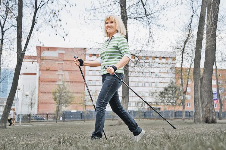 Скандинавская ходьба - одна из самых полезных физнагрузок для людей старшего возраста.