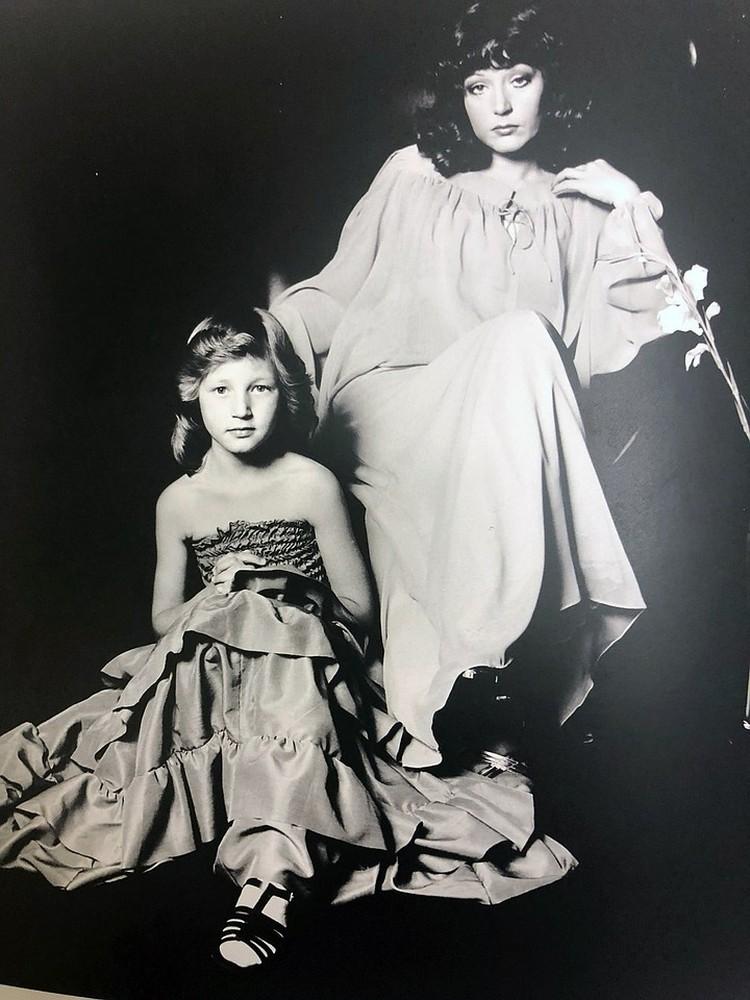 """Алла с дочкой Кристиной. Снимок ВАЛЕРИЯ ПЛОТНИКОВА из книги """"Алла-Art"""""""