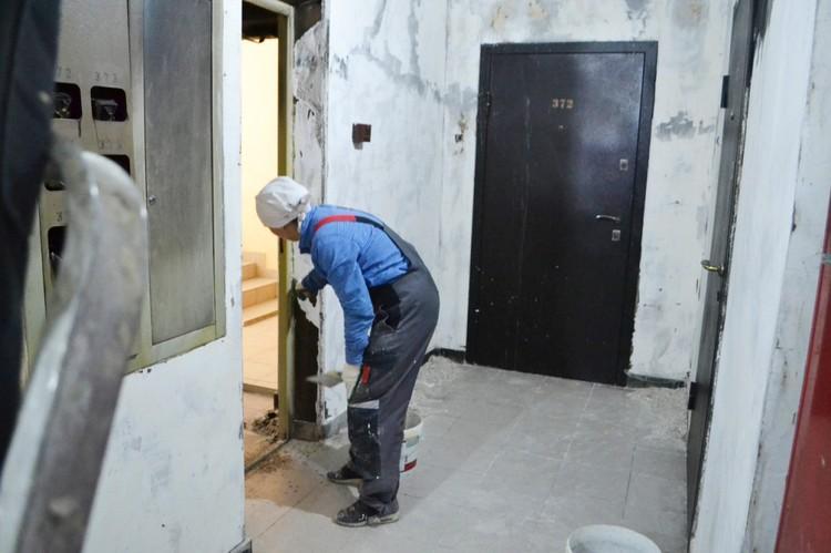 Рабочие говорят, что особенно тяжело снимать штукатурку, так как слой был добротный, толстый. Фото: УК «Академический»