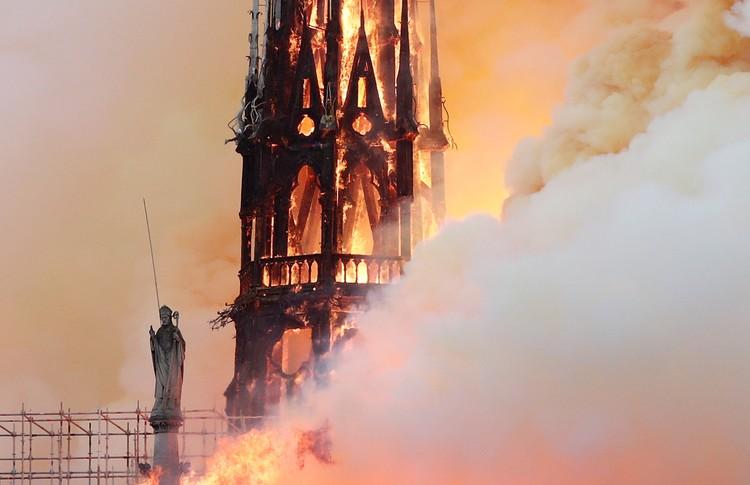 Больше всего при пожаре пострадали части, сделанные уже в середине 19 века: крыша, шпиль собора и его внутреннее убранство