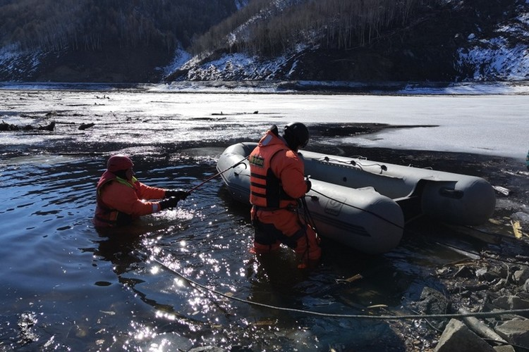 Для того чтобы очистить реку спасателям приходится работать по пояс в ледяной воде