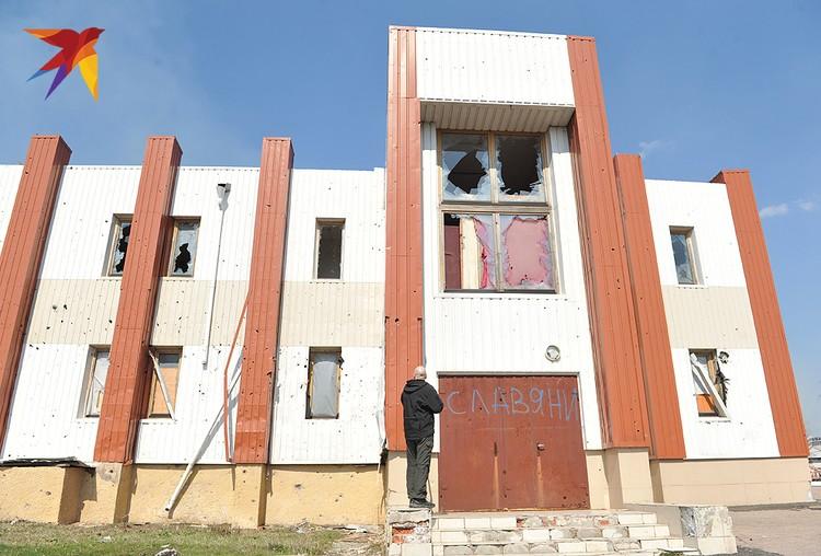 Потрепанное войной здание сельской администрации.