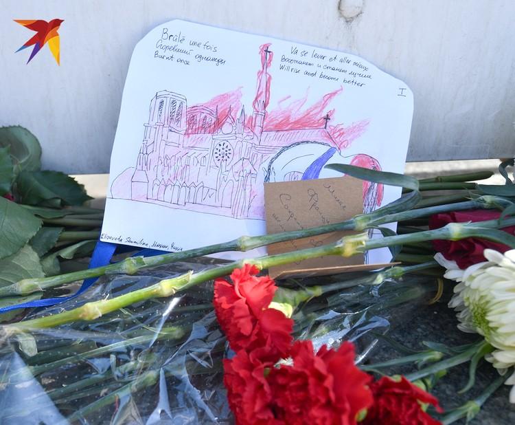 Рисунки и цветы у стен посольства Франции в Москве.