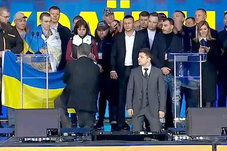 В какой-то момент оба кандидата оказались на коленях.