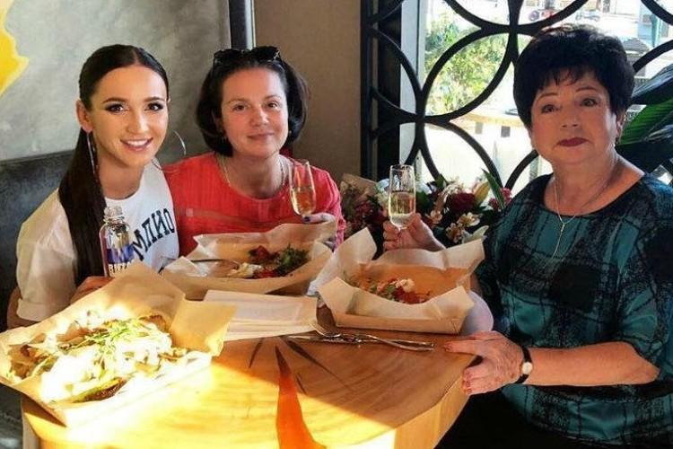 В своем ресторане певица не редко обедает в кругу семьи.