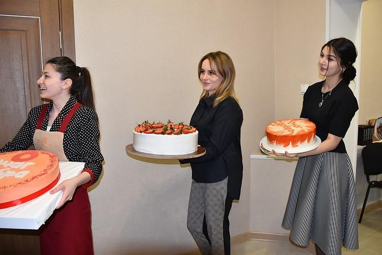 Праздничные торты «Очагу» подарили кондитеры. Фото: Шахриза Богатырёва / предоставлено организаторами