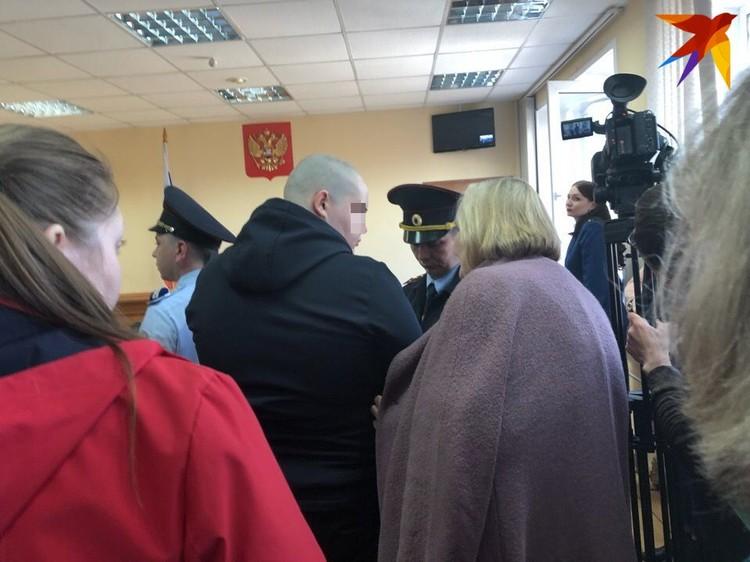 Перед арестом Богдана обняла бабушка. Именно она представляла его интересы в суде