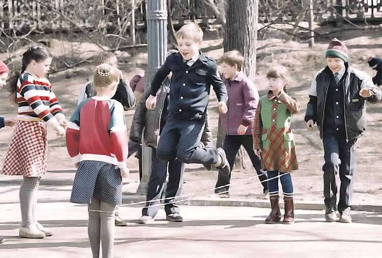 Резиночки были чисто девчачьим развлечением, хотя и некоторые мальчишки в этой забаве эпизодически принимали участие. Фото: Игорь УТКИН, Александр ЯКОВЛЕВ/TASS