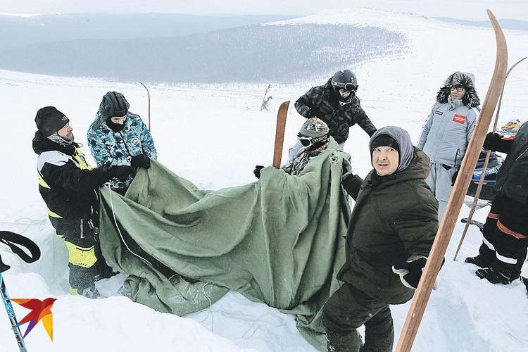 Члены экспедиции устанавливают палатку в том месте, где это 60 лет назад делали дятловцы.