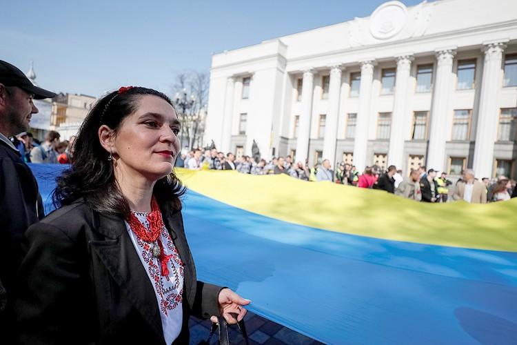 Пикет украинских националистов у стен Верховной рады во время обсуждения закона о языке.