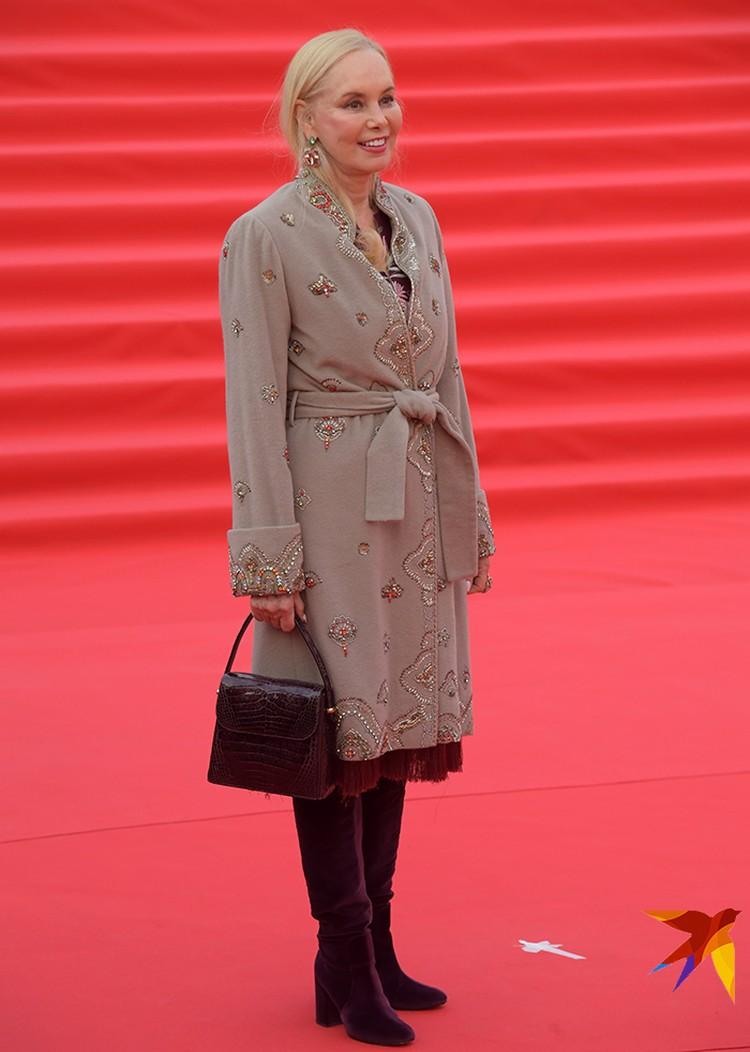 Нелли Кобзон блистала на красной дорожке в легком пальто, расшитом бисером