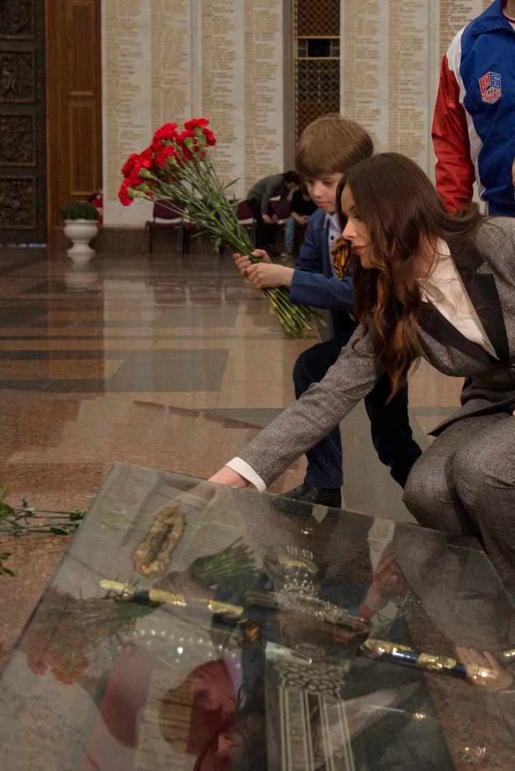 Оксана Федорова и участники конкурса возложили цветы к мемориалу Фото: пресс-служба Фонда «Спешите делать добро!».