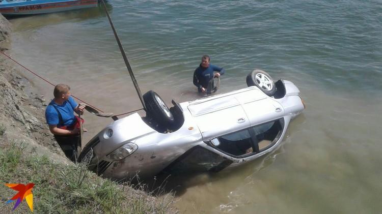 В машине обнаружены тела трех женщин. Фото: предоставлено очевидцем.