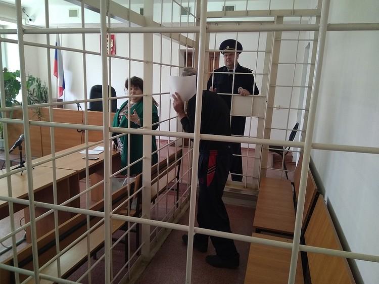 На суде Александр Драненко пытался закрыть лицо листом бумаги.