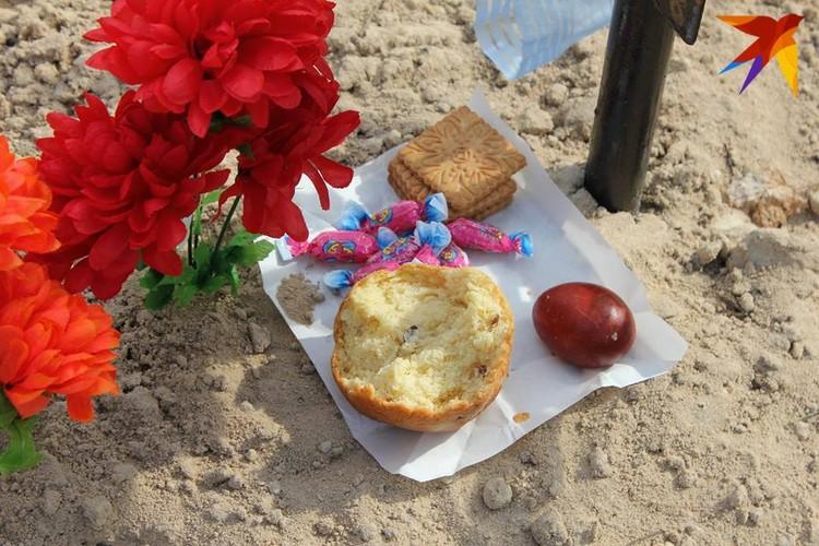 Такие праздничные продукты с пасхального стола и сегодня оставляют на могилах предков. Фото: Татьяна КУХАРОНАК