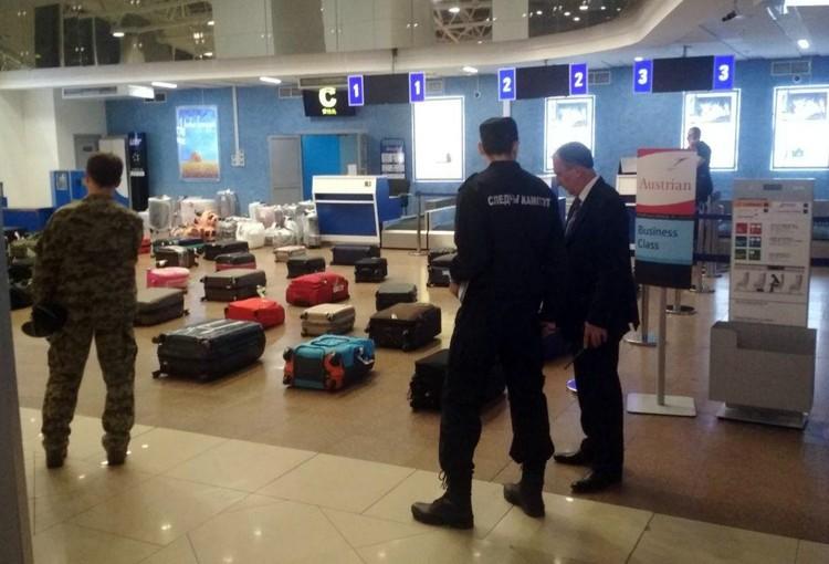 Следователи проверяют сумки пассажиров. Фото: СК РБ.