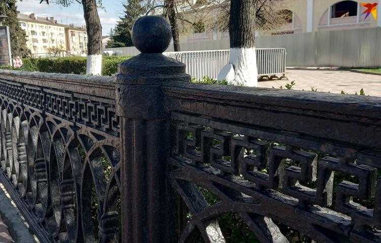 Точно такая же мощная чугунная ограда ранее была и в сквере возле памятника Ленину.