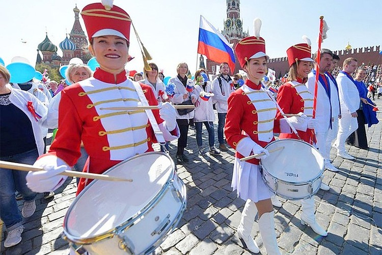 Перед москвичами выступили «небесные барабанщицы»