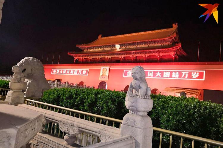 На входе в императорский дворец почетно висит портрет Мао Цзэдуна. Как завещал Дэн Сяопин, опираться нужно не на идеологию, а на практику. Фото: Алексей Иванов