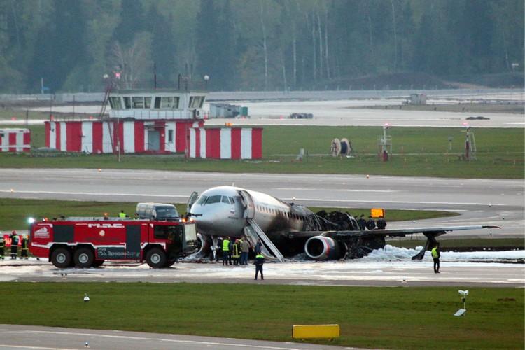 Эксперты сейчас рассматривают несколько версий пожара на самолете, летевшем из Москвы в Мурманск