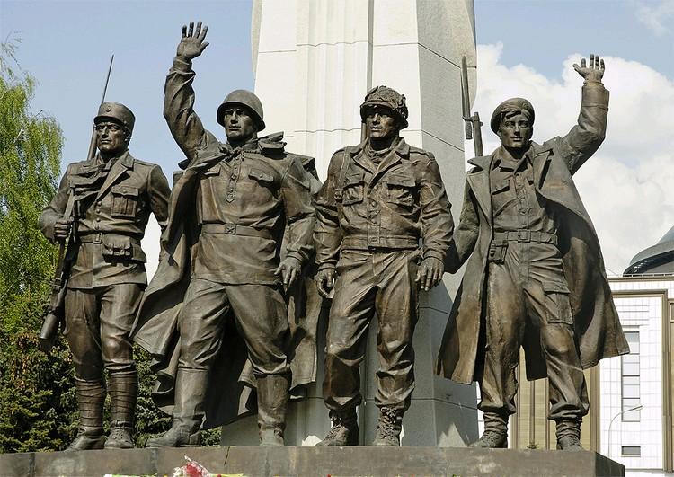 Памятник странам-участницам антигитлеровской коалиции, открытый на Поклонной горе в 2005 году.