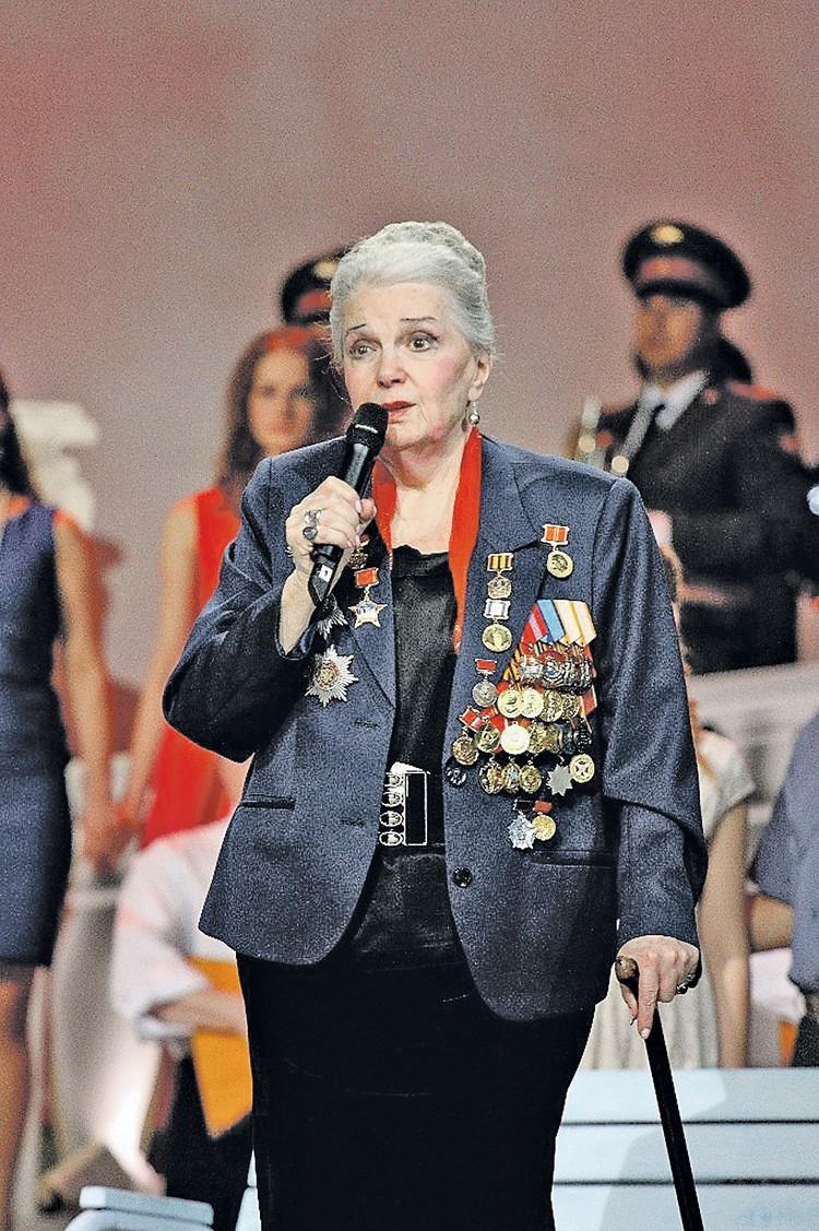 Элине Быстрицкой было трудно ходить из-за болей в спине. Фото: Личный архив