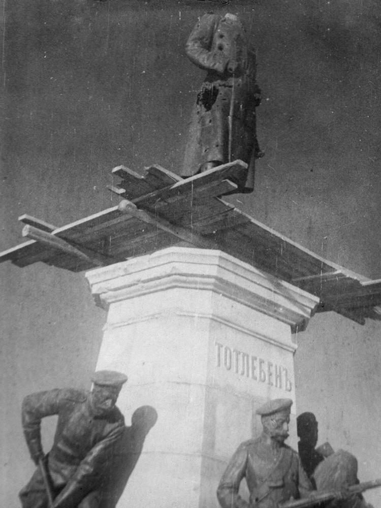 Обезглавленный памятник Тотлебену - строителю севастопольских укреплений. Фото: архив Минобороны РФ
