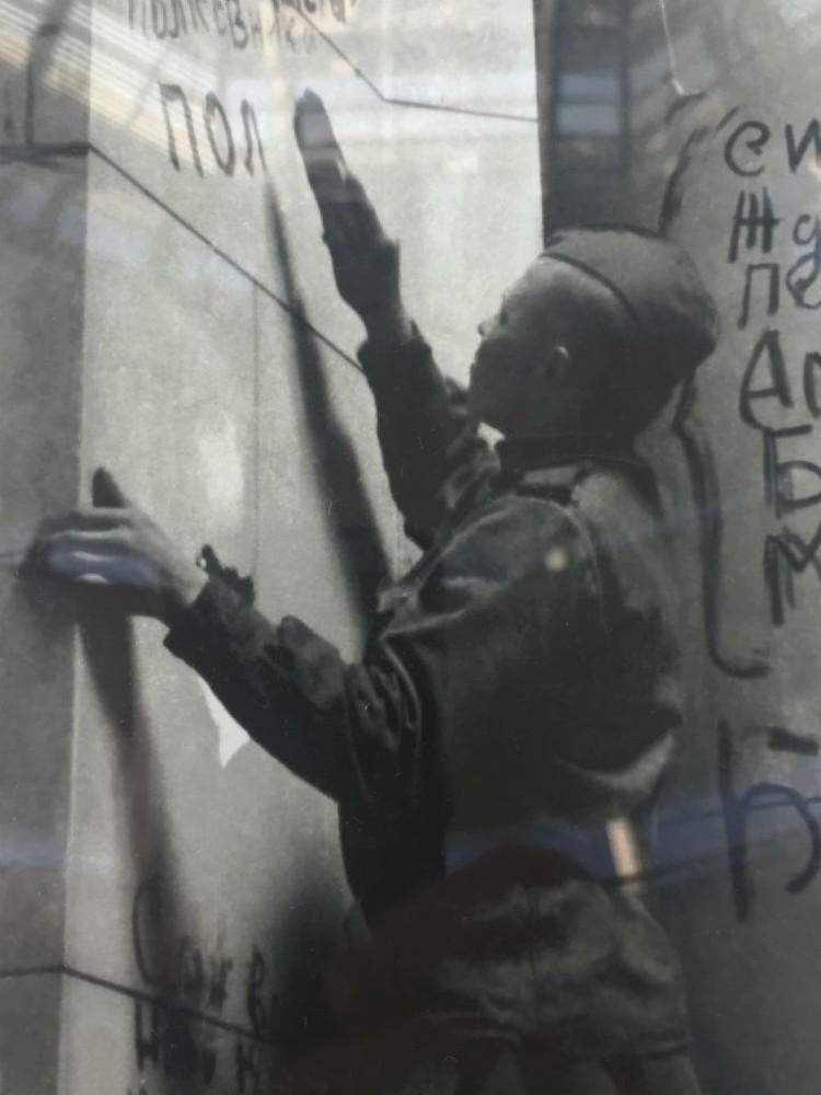 Бойцы, которые сражались за город на Неве, тоже оставили свои надписи в самом сердце Германии.