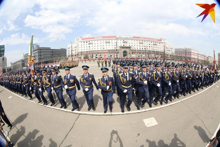Военнослужащие маршировали под песню «День Победы» в исполнении Иосифа Кобзона.