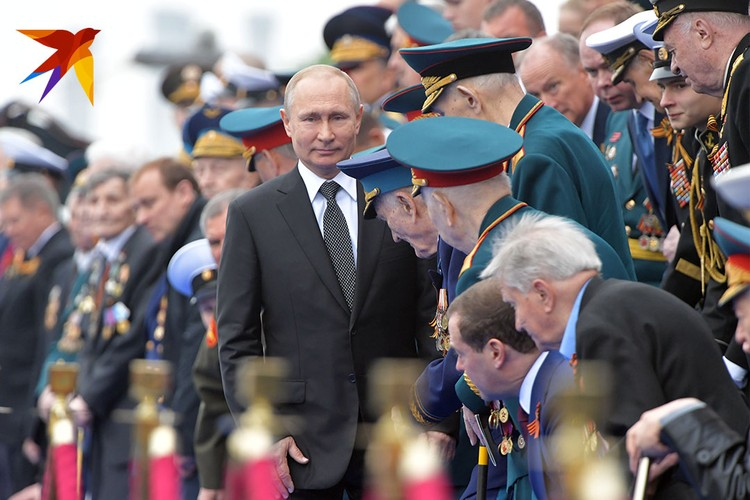 Перед началом парада президент лично пожал руку каждому ветерану на почетных трибунах