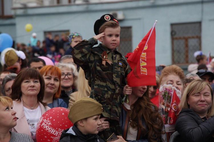 Малышей нарядили в военную форму. Смотрится очень мило.
